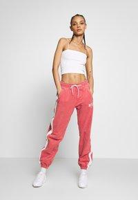 Nike Sportswear - Træningsbukser - light redwood - 1