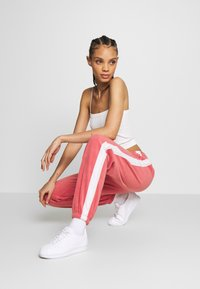 Nike Sportswear - Træningsbukser - light redwood - 3