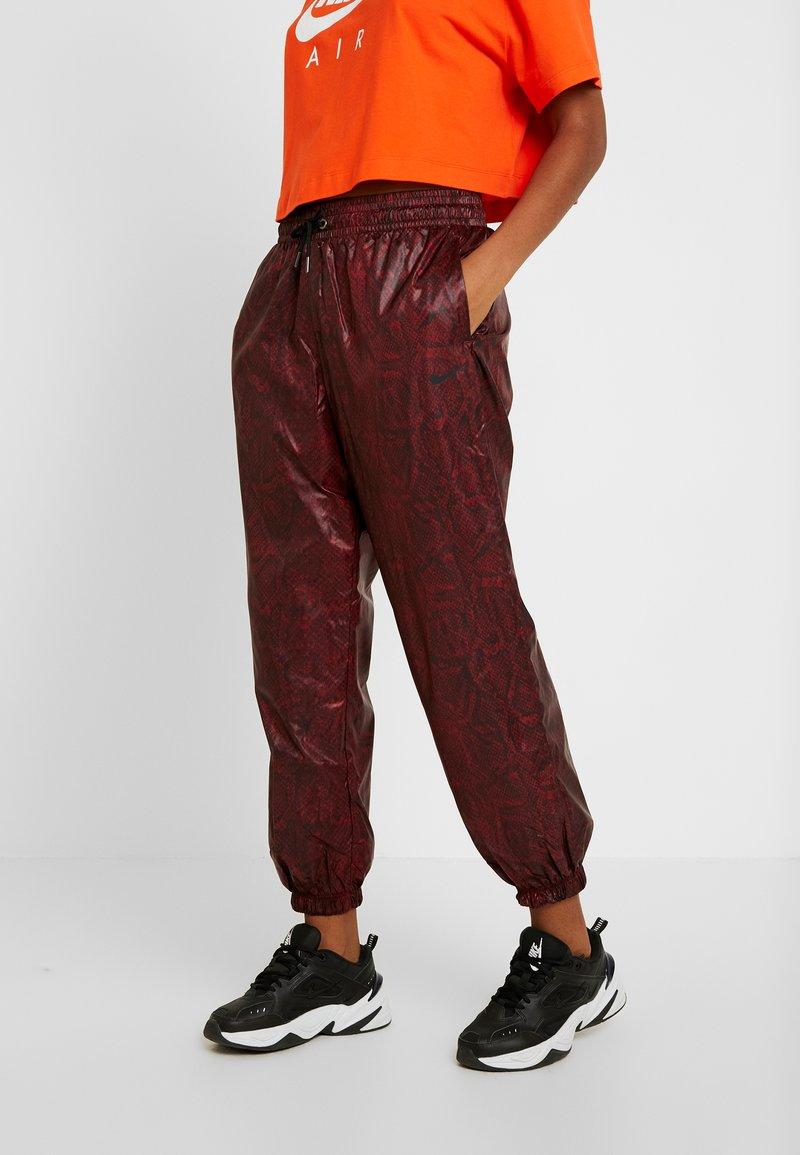 Nike Sportswear - PANT - Teplákové kalhoty - team red/black