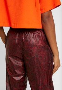 Nike Sportswear - PANT - Teplákové kalhoty - team red/black - 4
