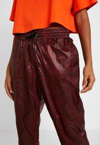 Nike Sportswear - PANT - Teplákové kalhoty - team red/black - 6