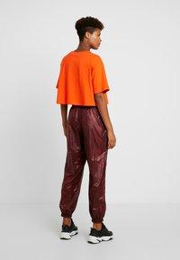 Nike Sportswear - PANT - Teplákové kalhoty - team red/black - 3