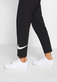 Nike Sportswear - W NSW SWSH PANT FT - Tracksuit bottoms - black/white