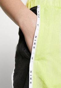 Nike Sportswear - PANT PIPING - Kalhoty - limelight/black - 4