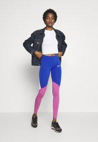 Nike Sportswear - Legíny - game royal/cosmic fuchsia/fossil - 1