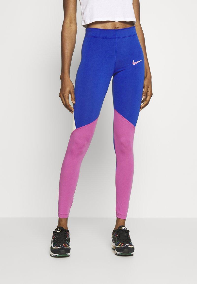Nike Sportswear - Legíny - game royal/cosmic fuchsia/fossil