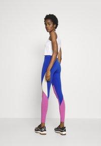 Nike Sportswear - Legíny - game royal/cosmic fuchsia/fossil - 2