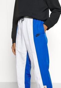 Nike Sportswear - W NSW ICN CLSH PANT MIXED OS - Tracksuit bottoms - birch heather - 4