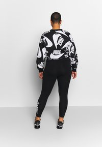 Nike Sportswear - CLUB PLUS - Legginsy - black/white - 2