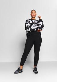 Nike Sportswear - CLUB PLUS - Legginsy - black/white - 1