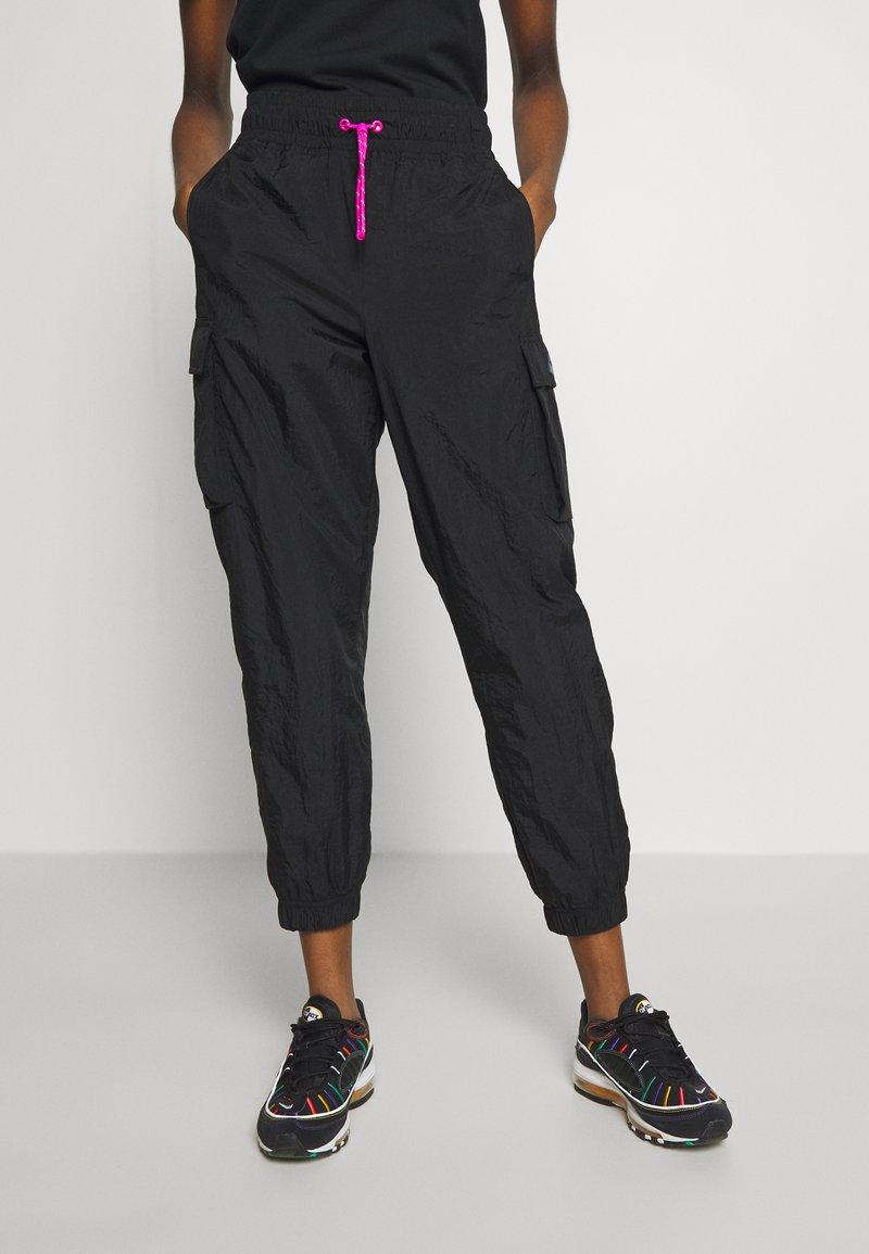 Nike Sportswear - W NSW ICN CLSH PANT WVN - Tracksuit bottoms - black/fire pink