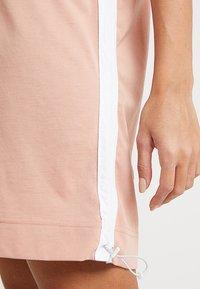 Nike Sportswear - DRESS - Žerzejové šaty - rose gold/white - 3