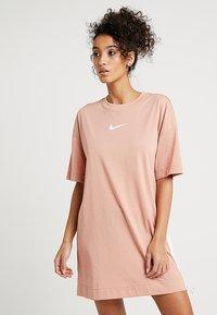 Nike Sportswear - DRESS - Žerzejové šaty - rose gold/white - 0