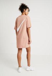 Nike Sportswear - DRESS - Žerzejové šaty - rose gold/white - 2