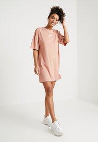 Nike Sportswear - DRESS - Žerzejové šaty - rose gold/white - 1