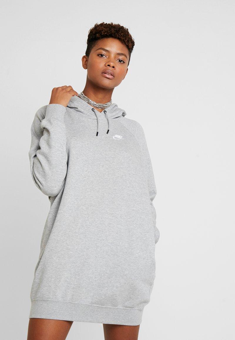 Nike Sportswear - W NSW ESSNTL FLC  - Jersey dress - grey heather/white