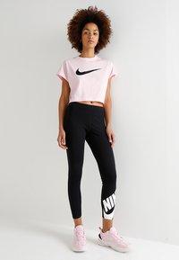 Nike Sportswear - CROP - T-shirts med print - pink foam/black - 1