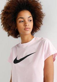 Nike Sportswear - CROP - T-shirts med print - pink foam/black - 3