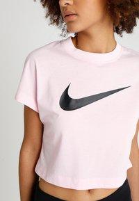 Nike Sportswear - CROP - T-shirts med print - pink foam/black - 5