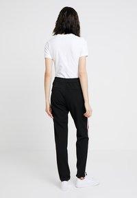 Nike Sportswear - W W NSW ESSNTL  - Jednoduché triko - white - 2