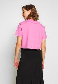Nike Sportswear - TEE - Camiseta estampada - magic flamingo/white - 2