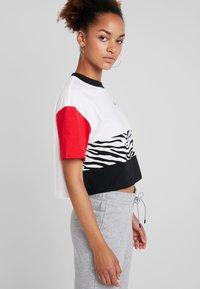 Nike Sportswear - T-shirt con stampa - white/university red/black - 3