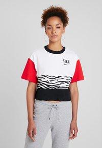 Nike Sportswear - T-shirt con stampa - white/university red/black - 0