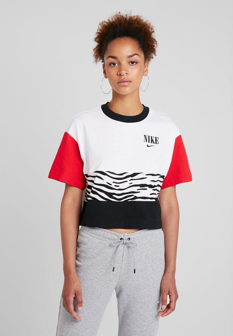 Nike Sportswear - T-shirt con stampa - white/university red/black