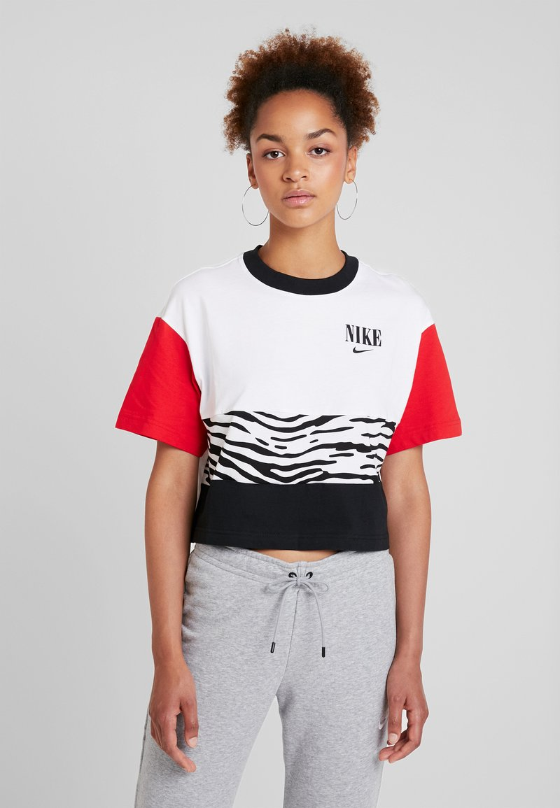 Nike Sportswear - Camiseta estampada - white/university red/black