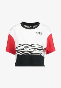 Nike Sportswear - T-shirt con stampa - white/university red/black - 4