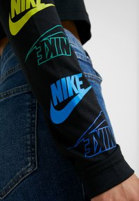 Nike Sportswear - FUTURA FLIP CROP - Maglietta a manica lunga - black/multi-color - 5