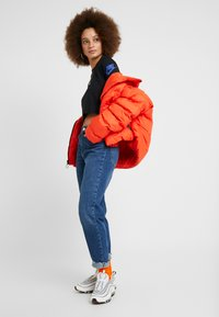 Nike Sportswear - FUTURA FLIP CROP - Maglietta a manica lunga - black/multi-color - 1