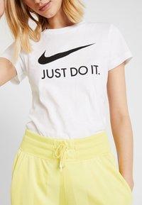 Nike Sportswear - T-shirts med print - white/black - 3