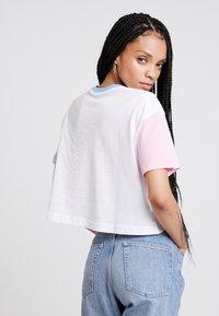 Nike Sportswear - TEE FEMME CROP - Triko spotiskem - white - 2