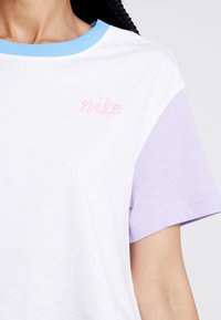 Nike Sportswear - TEE FEMME CROP - Triko spotiskem - white - 4