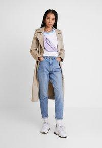 Nike Sportswear - TEE FEMME CROP - Triko spotiskem - white - 1