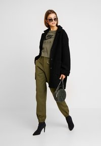 Nike Sportswear - AIR  - Camiseta estampada - medium olive - 1