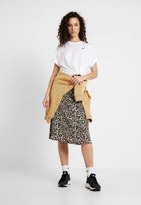 Nike Sportswear - Basic T-shirt - white/black - 1