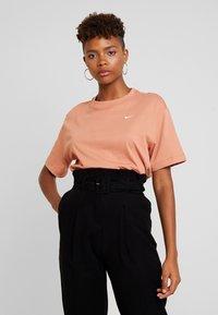 Nike Sportswear - T-paita - terra blush/white - 0