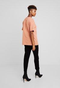 Nike Sportswear - T-paita - terra blush/white - 2