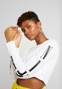 Nike Sportswear - TEE CROP - T-shirt à manches longues - white/black - 5