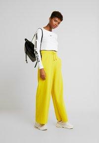 Nike Sportswear - TEE CROP - T-shirt à manches longues - white/black - 1