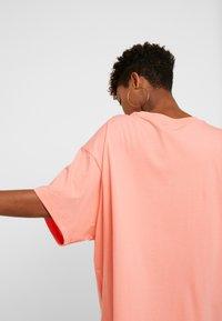 Nike Sportswear - Jednoduché triko - sunblush/white - 6