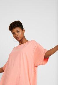 Nike Sportswear - Jednoduché triko - sunblush/white - 3