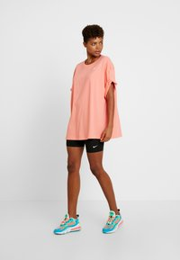 Nike Sportswear - Jednoduché triko - sunblush/white - 1
