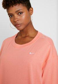 Nike Sportswear - Jednoduché triko - sunblush/white - 5