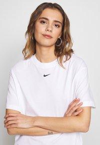 Nike Sportswear - W NSW ESSNTL TOP SS BF - T-Shirt basic - white/black - 4