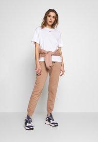 Nike Sportswear - W NSW ESSNTL TOP SS BF - T-Shirt basic - white/black - 1