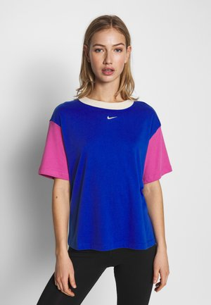 W NSW ESSNTL TOP SS BF - T-shirts basic - game royal/cosmic fuchsia/fossil