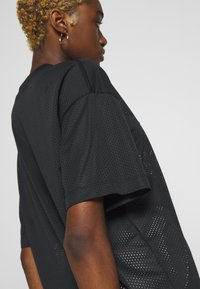 Nike Sportswear - W NSW - T-shirts med print - black/white - 5